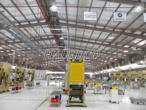 Lắp đặt đèn led nhà xưởng HLHB4-100wchiếu sáng nhà máy sản xuất