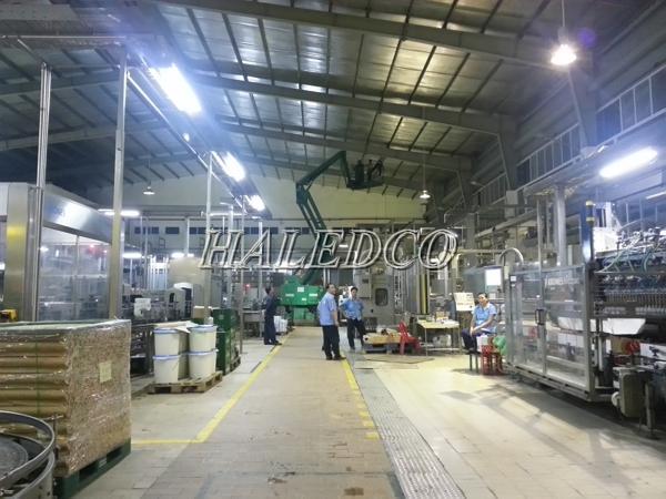 Lắp đặt đèn led nhà xưởng HLHB4-200w chiếu sáng nhà xưởng sản xuất
