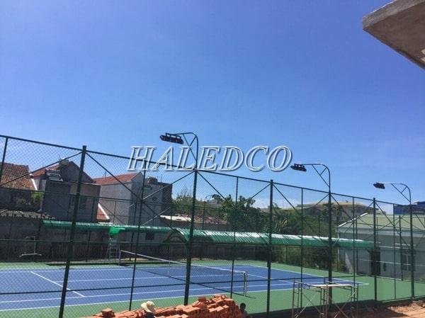 Hệ thống đèn chiếu sáng sân tennis được lắp đặt đèn pha led