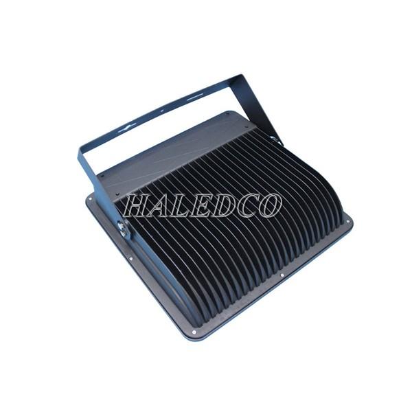 Đèn pha led HLFL4-200w có nhiều cánh tản nhiệt rãnh sâu