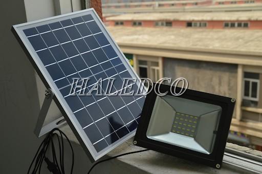 Bộ đèn pha led sử dụng năng lượng mặt trời