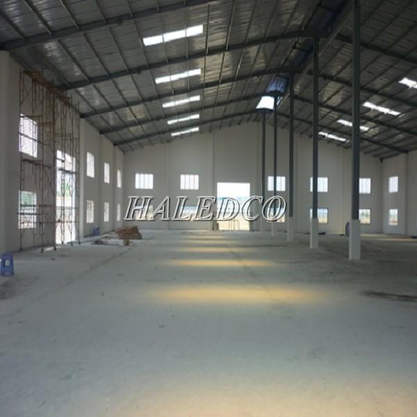 Hình ảnh mẫu thiết kế nhà xưởng nhỏ tường bê tông và nhiều cửa sổ