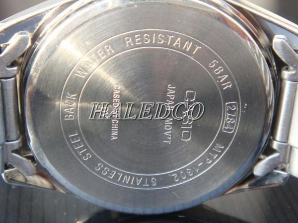 Nắp sau của đồng hồ có ghi tiêu chuẩn chống nước