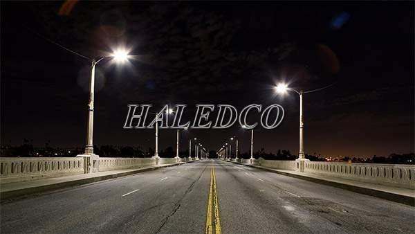 Đèn đường led năng lượng mặt trời 100w pin rời HLMTS7-100 lắp đặt trên đường