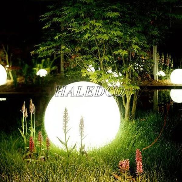 Đèn sân vườn năng lượng mặt trời làm bừng sáng không gian khu vườn