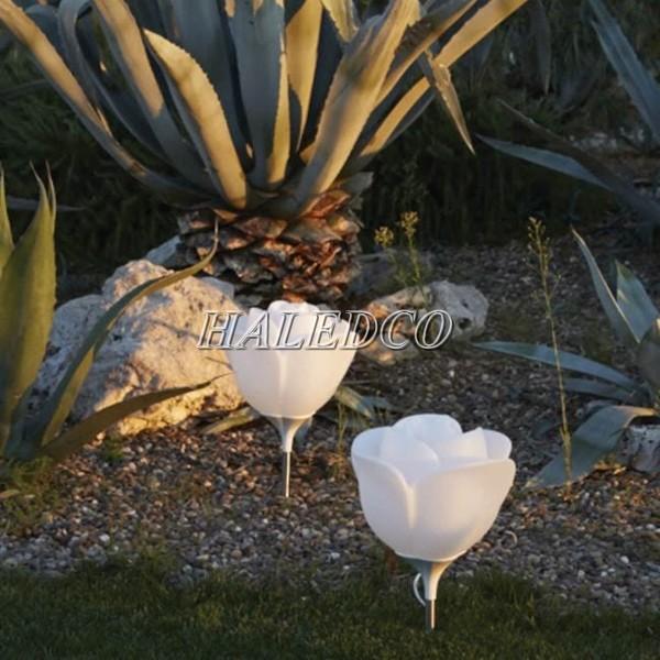 Đèn trụ cổng sân vườn hoa hồng mang giúp sân vườn trở nên độc đáo