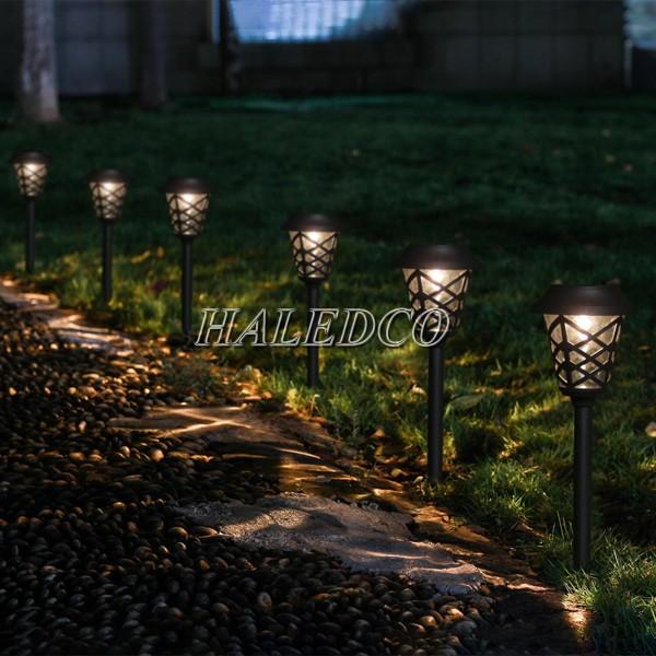 Kiểu dáng trụ đèn cổ điển sân vườn mang lại sự bí ẩn cho khu vườn