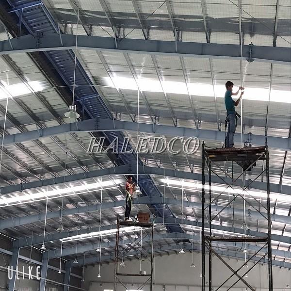 Dùng đèn công nghiệp chiếu sáng nhà xưởng