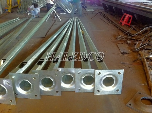 Cột đèn thép bát giác côn 10M thiết kế rời cần và ống rỗng bên trong