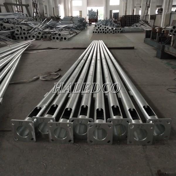 Cột đèn thép tròn côn 11M được sản xuất theo quy trình đạt chuẩn