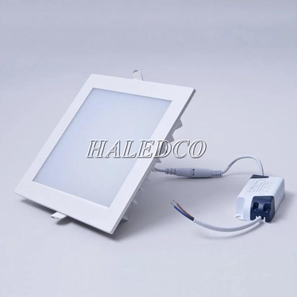 Kiểu dáng đèn LED âm trần vuông chiếu sáng trong nhà