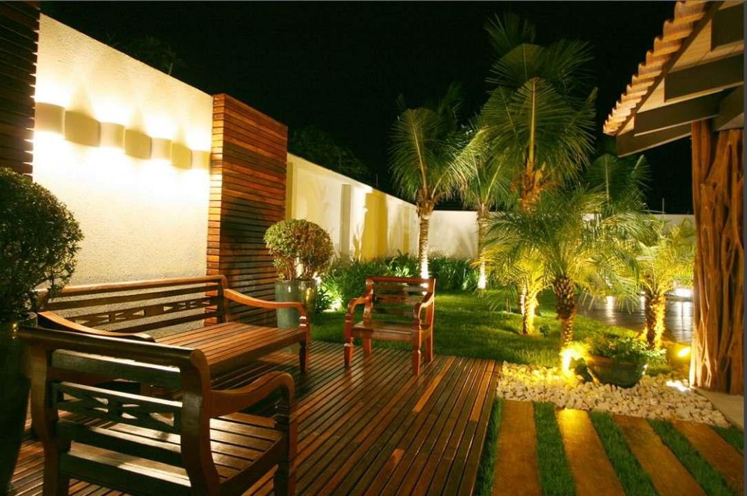 Đèn LED chiếu cây xung quanh khu resort