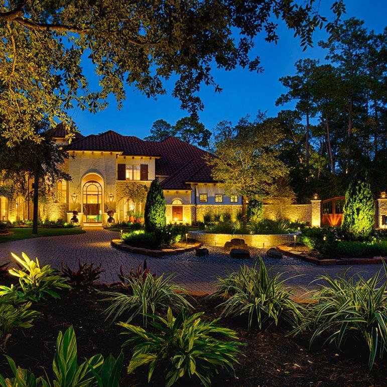 Đèn LED chiếu cây xung quanh nhà