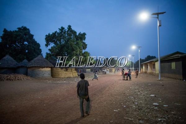 Đèn đường LED năng lượng mặt trời HLMTS1-30 chiếu sáng nông thôn vùng núi
