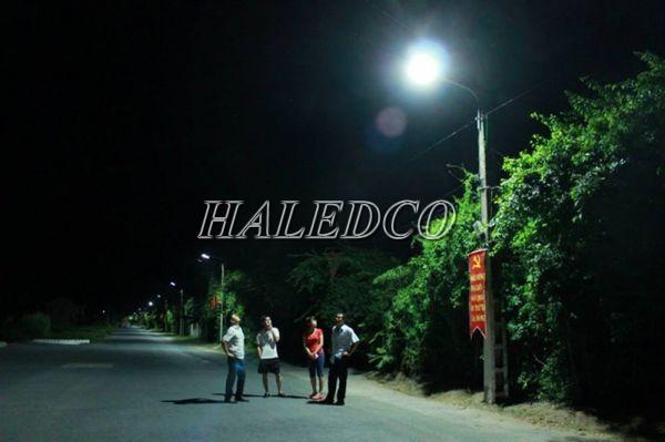 Đèn đường năng lượng mặt trời HLMTS2-60 chiếu sáng đường nông thôn