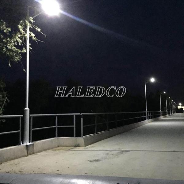 Đèn đường năng lượng mặt trời HLSNLMT1-20 chiếu sáng đường đi khu dân cư